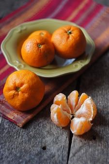 Tangerinas orgânicas em uma tigela como um alimento tradicional de natal