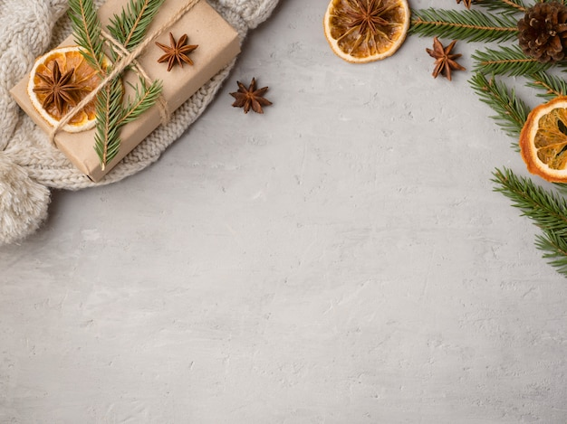 Tangerinas, ramos de abeto e canela de anis estrelado, fundo de decoração festiva