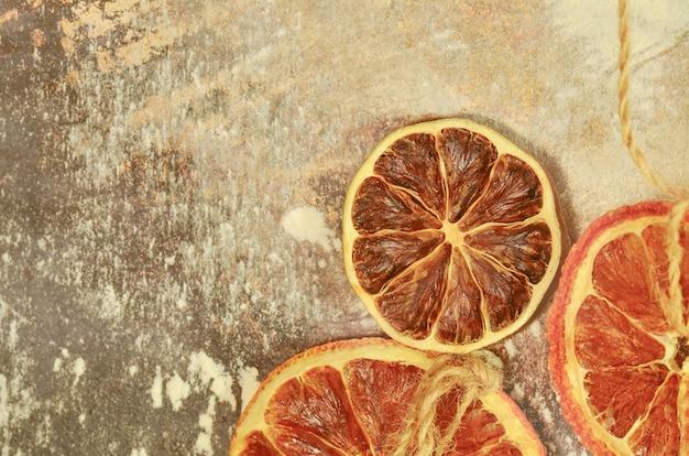 Tangerinas secas, laranjas, limas em um forno de metal