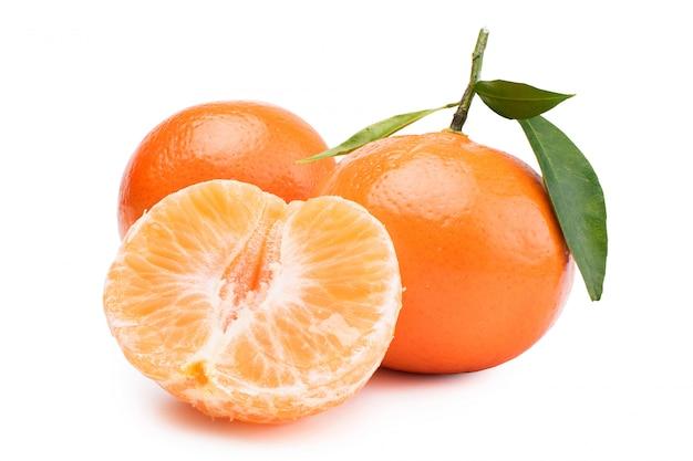 Tangerinas, tangerinas descascadas e fatias do mandarino em um fundo branco.