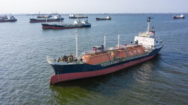 Tankera de navio gpl no porto marítimo