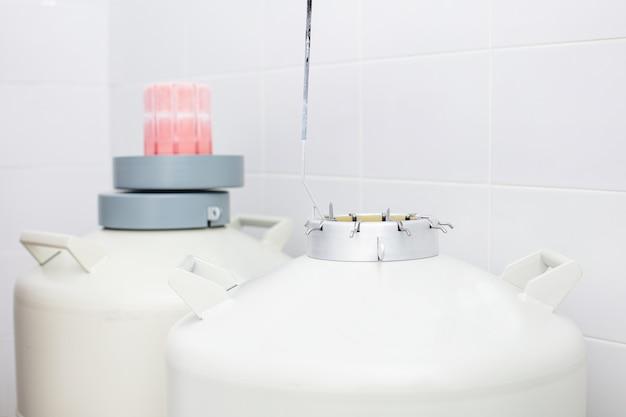 Tanque com nitrogênio líquido para armazenamento de embriões para fertilização in vitro na clínica de perto