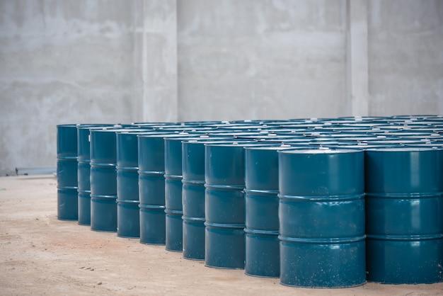 Tanque de aço e óleo na área de armazenamento
