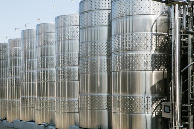 Tanque de aço inoxidável na adega para maturação do vinho