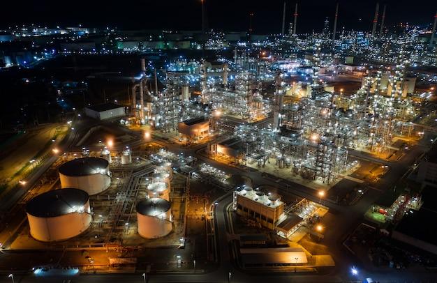 Tanque de armazenamento de óleo da vista aérea com a fábrica da refinaria de petróleo industrial.
