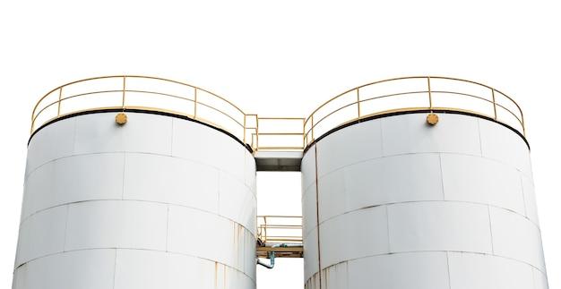 Tanque de armazenamento para manter o óleo da refinaria isolado no fundo branco