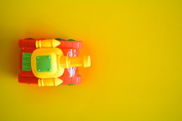 Tanque de brinquedo em amarelo