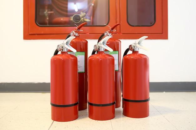 Tanque de extintores de incêndio vermelho na sala de controle de incêndio para segurança e prevenção de incêndio.