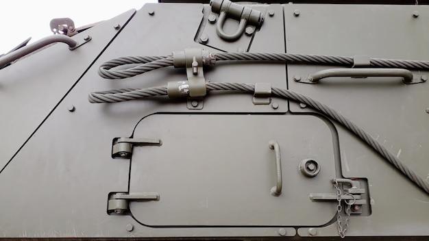 Tanque de guerra antigo, tanque militar aposentado com chapas de aço