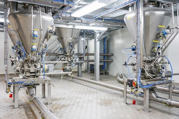 Tanque de mistura de equipamentos de fábrica farmacêutica na linha de produção na fábrica de farmácia