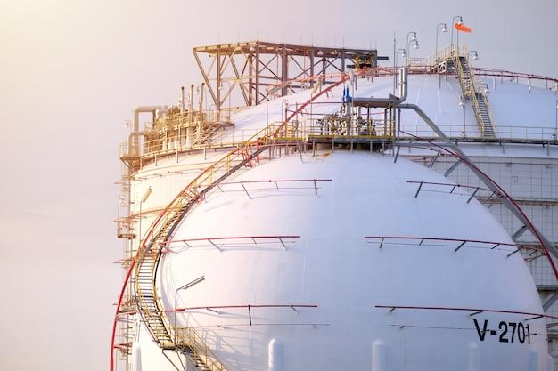 Tanque de óleo no porto na tailândia