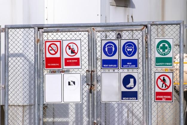 Tanque de oxigênio líquido na fábrica com etiqueta de advertência para controle de segurança inflamável