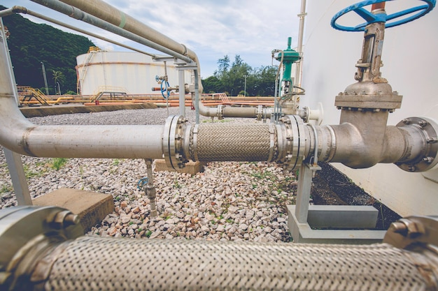 Tanque de válvula de flange de tubo de aço inoxidável flexível instalado com mangueiras flexíveis para reduzir a força entre os tanques de armazenamento de óleo pressão de entrada e saída