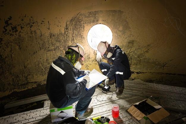 Tanque de varredura de inspeção de dois trabalhadores macho da placa inferior de espessura de ferrugem em confinado