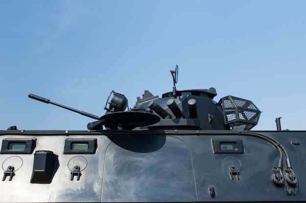 Tanque militar na parte superior na cor preta.