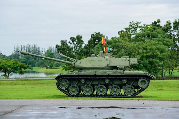 Tanque militar pesado estacionado na grama Foto Premium