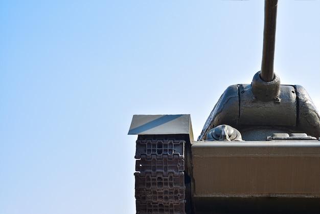 Tanque militar soviético contra o céu azul