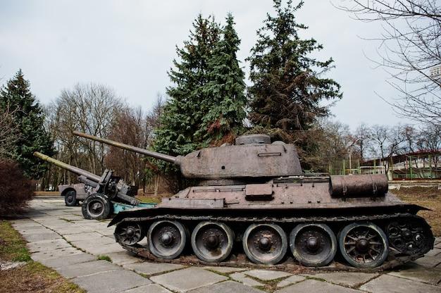 Tanque militar vintage velho no pedestal da cidade.