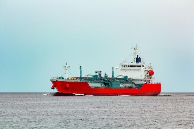 Tanque vermelho. transferência de substâncias tóxicas e produtos de petróleo