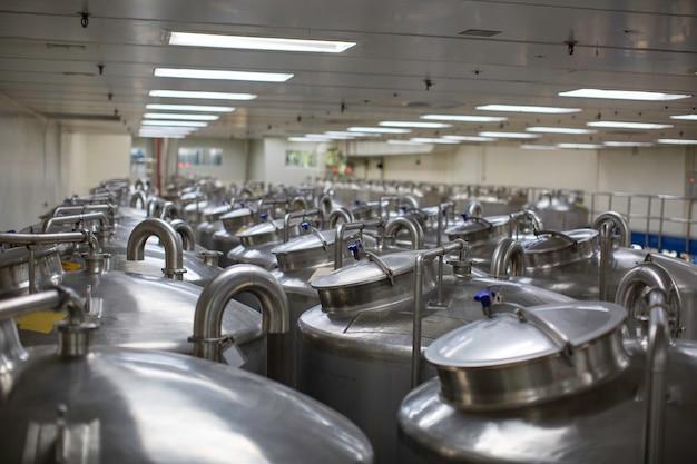 Tanques de aço com tampa inoxidável com medidor de pressão em instalação de tanque de equipamentos para limpeza e tratamento de água na fábrica de shampoo