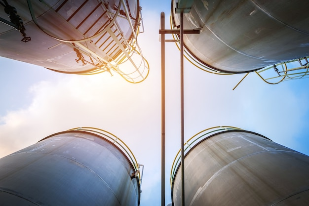 Tanques de aço inoxidável e tubulação para produtos químicos líquidos industriais no céu