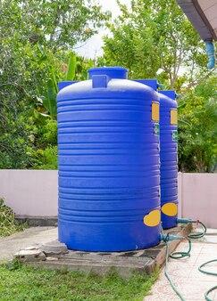 Tanques de água de plástico azul.