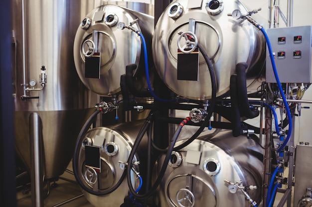 Tanques de armazenamento com tubos na cervejaria