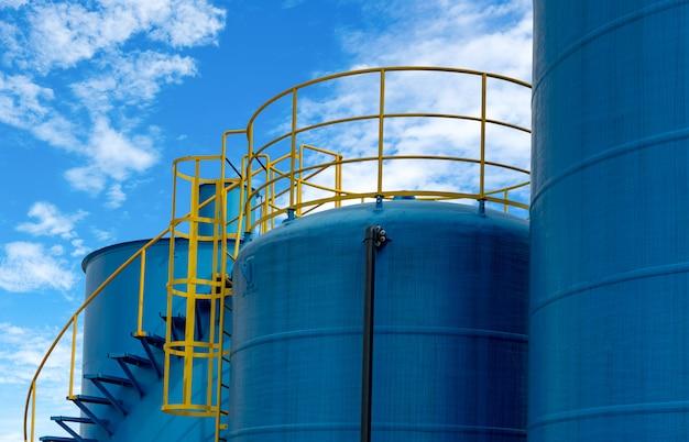Tanques de armazenamento de combustível closeup na refinaria de petróleo