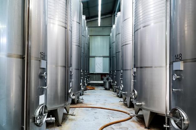 Tanques de armazenamento de vinho de metal em uma vinícola
