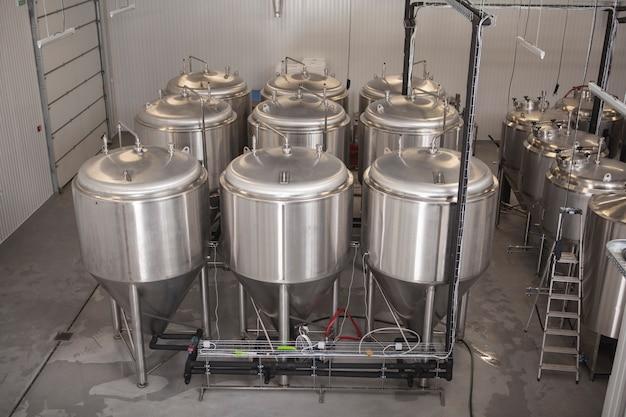 Tanques de cerveja de microcervejaria brilhante em fábrica de cerveja