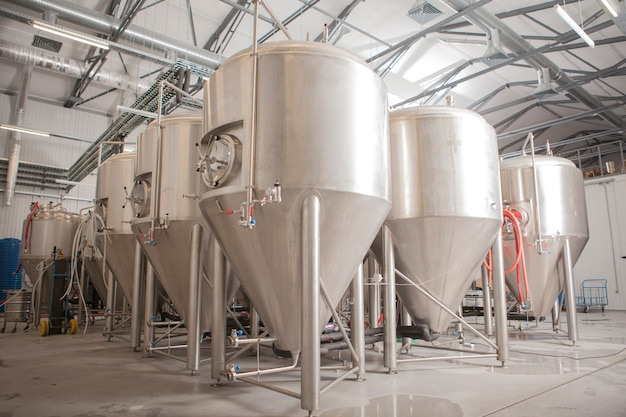 Tanques de cerveja de microcervejaria brilhante na fábrica de cerveja
