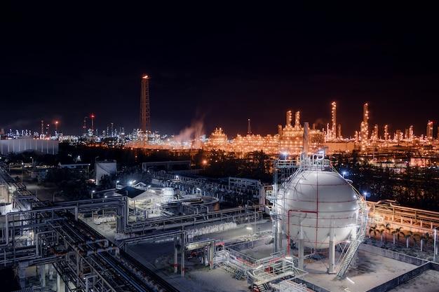 Tanques de esfera de armazenamento de gás e oleoduto na planta industrial de refinaria de petróleo e gás com propriedade de indústria de iluminação de brilho à noite