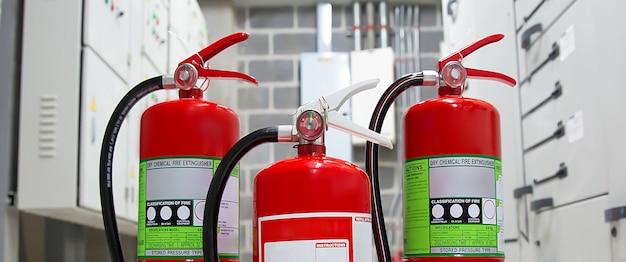 Tanques de extintores vermelhos no quartel de bombeiros para prevenção de emergência e incêndio.