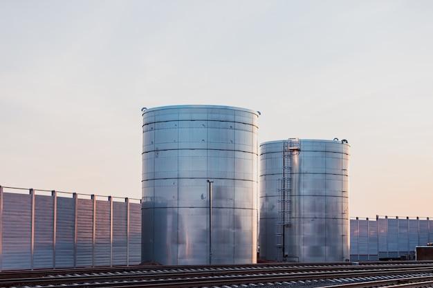 Tanques enormes para armazenamento de líquidos estão localizados perto da ferrovia