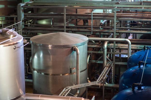 Tanques para armazenamento de cerveja. produção de cerveja moderna.