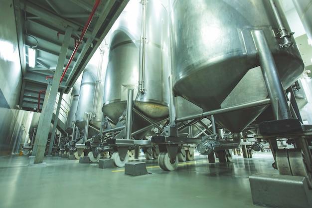 Tanques verticais de aço do grupo inoxidável com tanque de equipamentos adega química na com roda de rolagem tanques de aço inoxidável limpeza e tratamento na fábrica de produtos químicos