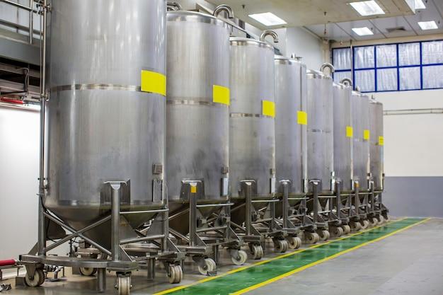 Tanques verticais de aço inoxidável com medidor de pressão no tanque de equipamentos adega química na com roda de rolagem tanques de aço inoxidável limpeza e tratamento na fábrica de shampoo
