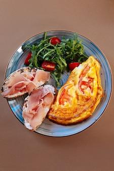 Tão apetitoso. vista superior de um prato com comida deliciosa em pé sobre a mesa