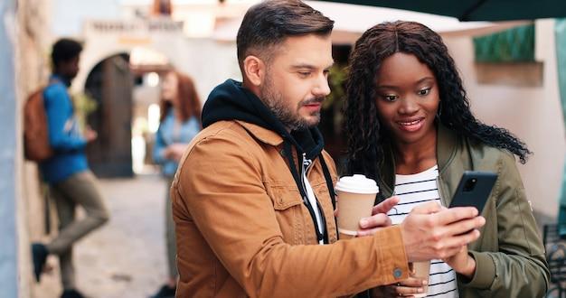 Tão divertido vista do retrato da cintura para cima da mulher cacheada de gengibre bebendo café e discutindo algo no ...