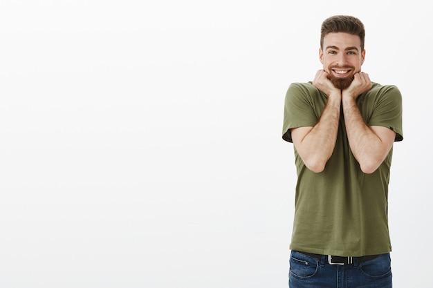 Tão fofo que estou animado. retrato de um homem barbudo maravilhado e encantado sorrindo com alegria