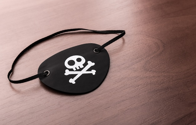 Tapa-olho de pirata na mesa