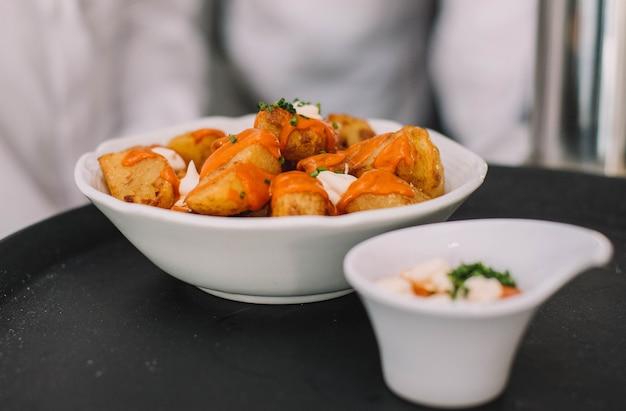 Tapa típica espanhola de batata e molho apimentado