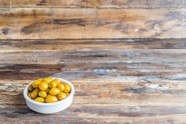 Tapa típico de azeitonas em espanha