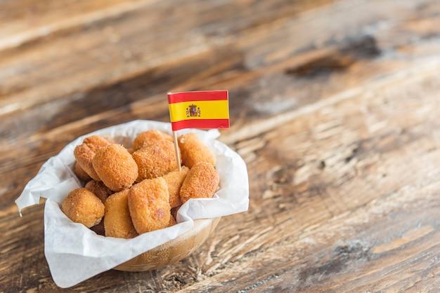 Tapa típico de croquetes na espanha