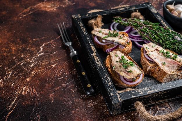 Tapas com sardinha e espadilha, cream cheese e cebola