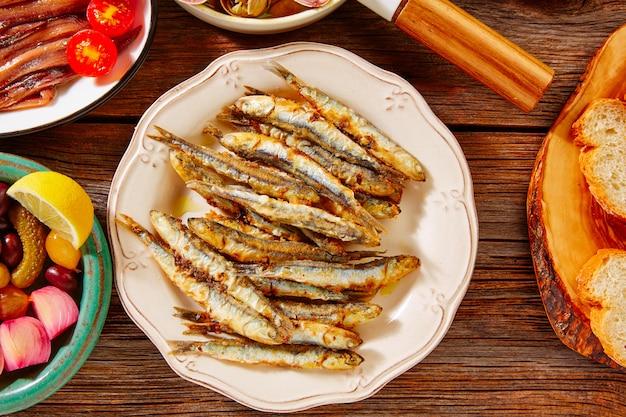 Tapas marisco frito anchovas peixe espanha