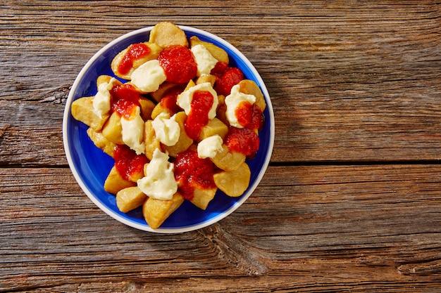Tapas patatas bravas batata frita com tomate