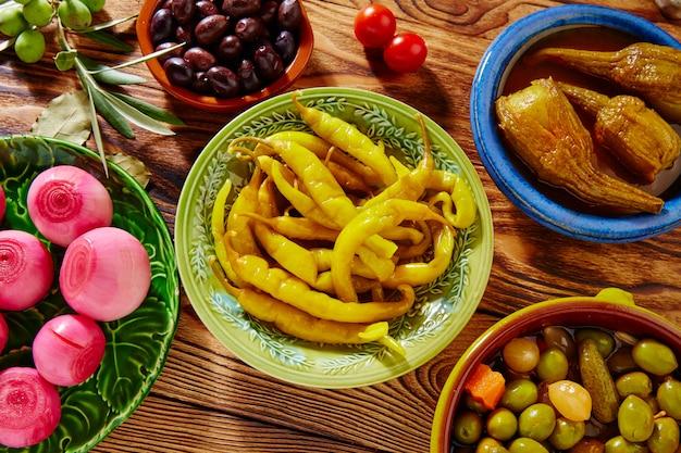 Tapas pickles misturam azeitonas chili cebola berinjela