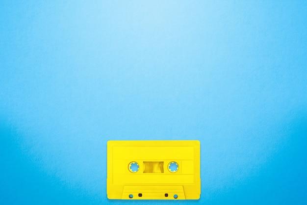 Tape cassete amarelo cor coloca no fundo azul