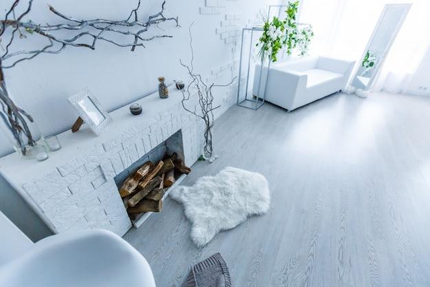 Tapete branco na frente do sofá no interior do apartamento com pintura e lâmpada.